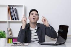 人沉思在桌面上 免版税图库摄影