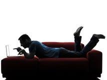 人沙发长沙发计算机计算的膝上型计算机指向 免版税库存图片