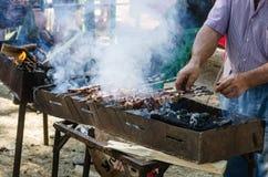 人油煎在火盆的shashlik 免版税库存图片