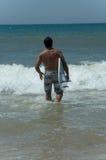 人海运冲浪板 库存图片