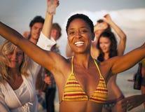人海滩享受乐趣夏天友谊概念 免版税图库摄影