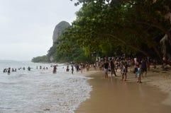 人海滩在THAM PHRA NANG海岛KRABI 免版税图库摄影