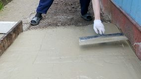 人涂与一把宽小铲的水泥 股票录像