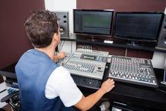 人混合的音频在录音室 免版税库存图片