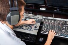 年轻人混合的音频在录音室 免版税库存照片