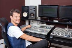 年轻人混合的音频画象在录音室 库存图片