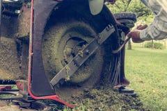 人清洁割草机刀片 免版税图库摄影