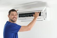 人清洁空调器 免版税库存照片