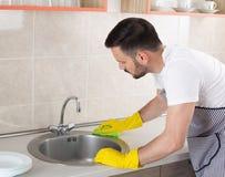 人清洁厨房水槽 库存照片