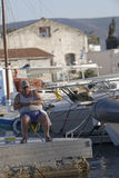 人渔在小游艇船坞 图库摄影