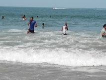 人游泳,沐浴在海洋在夏天 免版税图库摄影
