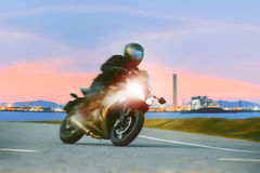 年轻人游览在沥青ag高速公路的骑马体育摩托车 库存图片