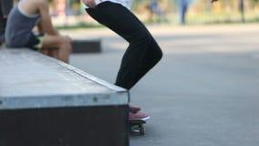 年轻人溜冰板运动和跃迁在grindbox在skatepark 影视素材