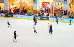 人滑冰场 商城 免版税库存照片