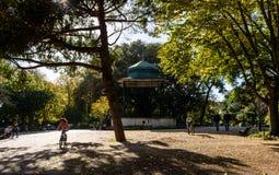 人漫步和孩子在雅尔丁da埃什斯特拉,里斯本-葡萄牙的骑自行车 免版税库存图片