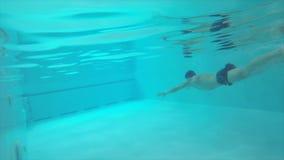 人潜水入水,在水下的游泳 影视素材