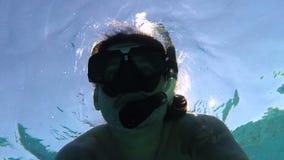 人潜航和在水面下自由潜水 股票录像