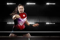 年轻人炫耀戏剧的妇女网球球员在黑色 免版税库存图片