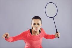 年轻人炫耀打羽毛球的妇女 免版税库存照片