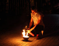 年轻人点燃与煤气喷燃器的一个火炬 库存图片