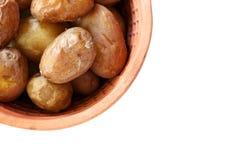 年轻人烘烤了在泥罐的土豆在白色 库存图片