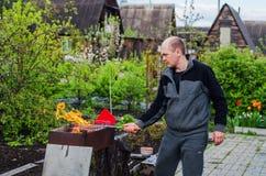 人烹调烤肉 免版税图库摄影