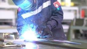 人焊工焊接结构的部分在慢动作的 股票录像