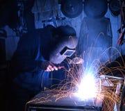 人焊接在车间 免版税库存图片