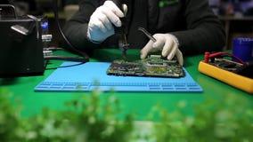 人焊接芯片 股票视频