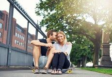 人爱抚的妇女用一个迷人的方式 免版税图库摄影