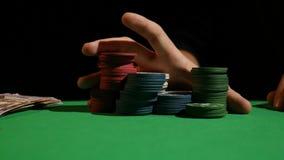 人特写镜头在慢动作的投掷的纸牌筹码 增加他的打牌者赌在上的投掷的象征 股票视频