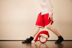 人特写镜头有闹钟的 背景圣诞节关闭红色时间 免版税库存照片