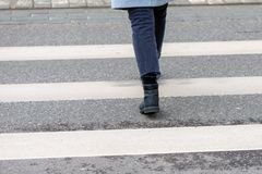 人特写镜头横渡一个行人交叉路后面视图 免版税库存图片