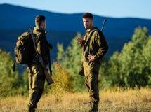 人猎人友谊  军服时尚 军队力量 伪装 狩猎技能和武器设备 如何 库存图片