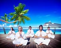 人瑜伽凝思海滩自然平安的概念 库存照片