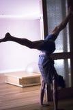 人瑜伽手倒立 免版税库存照片