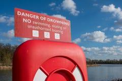 人生圆环在一个深水湖附近被看见驻防的救援设备 库存照片