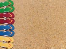 人生活方式四放松在含沙橙色海滩backgr的触发器 免版税库存照片