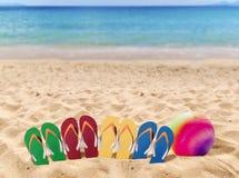 人生活方式四放松在橙色沙子的触发器和volleybal 免版税库存照片