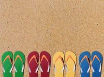 人生活方式四放松在橙色沙子背景的触发器 图库摄影