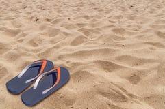 人生活方式放松在沙滩背景的触发器 图库摄影