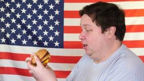 人用一个汉堡包有美国国旗背景 r 股票视频