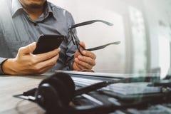 人用使用VOIP耳机的镜片手有数字式片剂的 库存照片