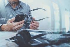 人用使用VOIP耳机的镜片手有数字式片剂的 免版税库存图片
