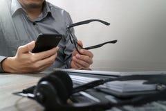 人用使用VOIP耳机的镜片手有数字式片剂的 图库摄影