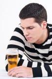 年轻人用啤酒 库存图片