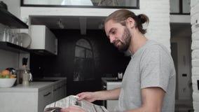 人用在现代厨房的报纸饮用的早晨咖啡 影视素材