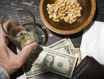 人用在酒吧的啤酒 免版税库存图片
