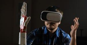 人用控制机器人手 创新机器人手工制造在3D打印机 未来派技术 比赛产业和