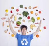 年轻人用新鲜的水果和蔬菜,演播室射击 免版税库存照片